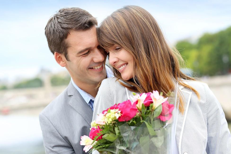 Цветы в подарок женщине сонник
